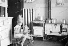 Negativ-Mädchen-Kind-Vintage-Dreirad-Küchenbuffet-girl-playing-1930er-Jahre-1
