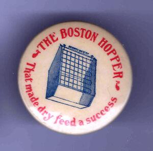 Early-1900s-Pin-Boston-Hopper-Pinback-Trocken-Futter-Landwirtschaft-Viehzucht-implementieren