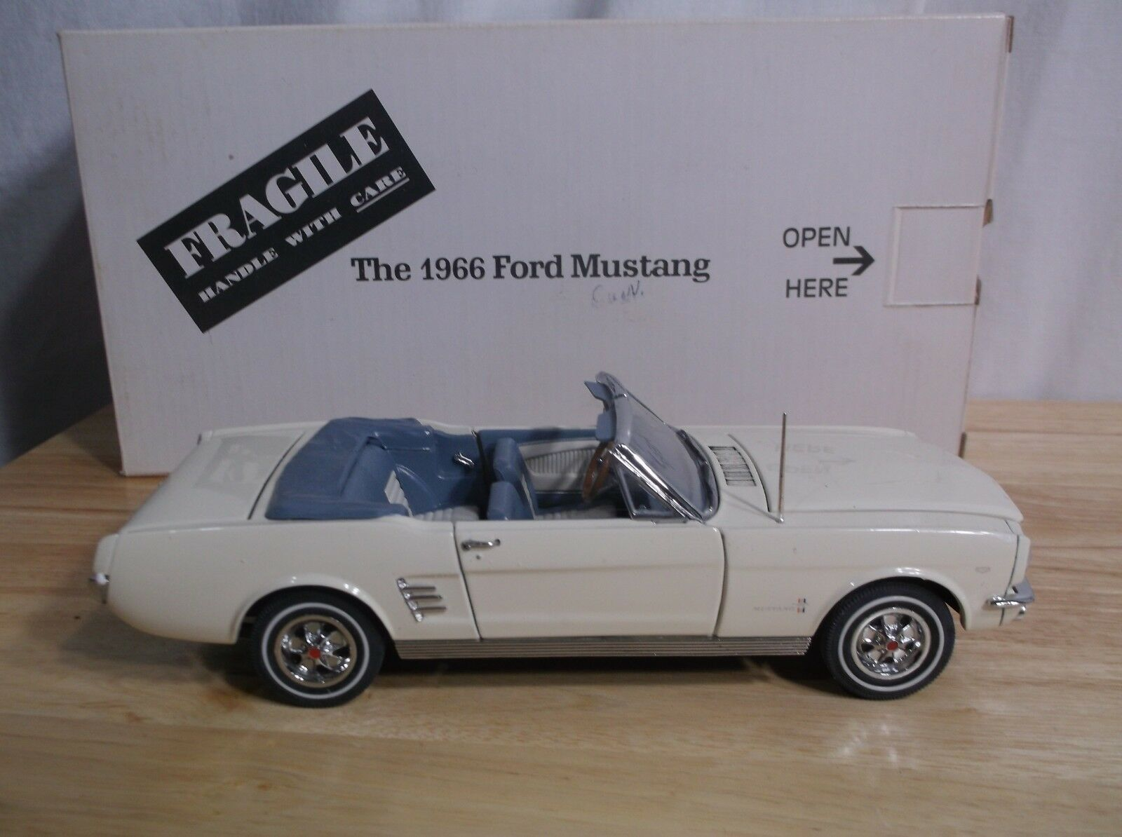 Danbury Mint biancao blu converdeible Ford Mustang 1966 Caja Original Diecast 1 24
