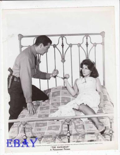 Robert Taylor handcuffed to Tina Louise The Hangman