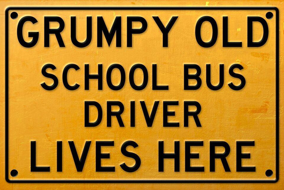 Skilte, Grumpy Old School Bus driver Lives Here metalskilt