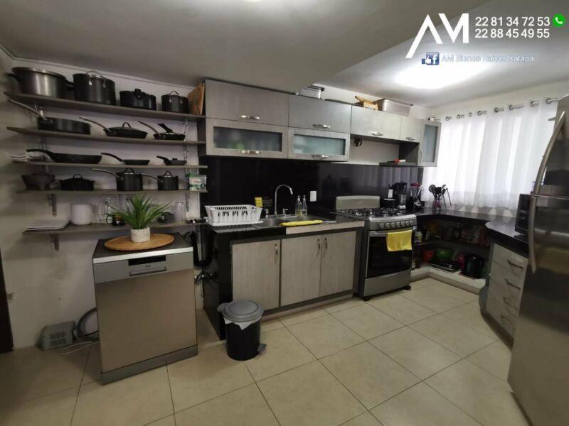 FRACC EL LENCERO con 4 habitaciones y 1 estudio ALBERCA en el fraccionamiento