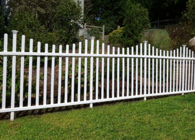 Portable Dog Fence Outdoor Pet White Vinyl Garden No Dig Corner Picket  Large NEW