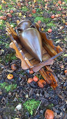 CARRETILLA de madera con ÁNFORA de barro. 90 cms de largo. Giardino carriola