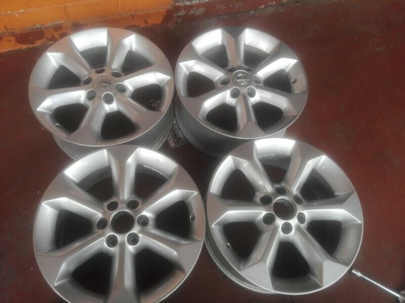 Nissan navara original alloy mags size 17 aset still in good condition
