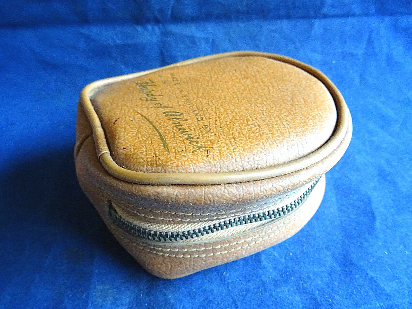 A VERY GOOD HARDY 1950'S LEATHER FISHING REEL CASE