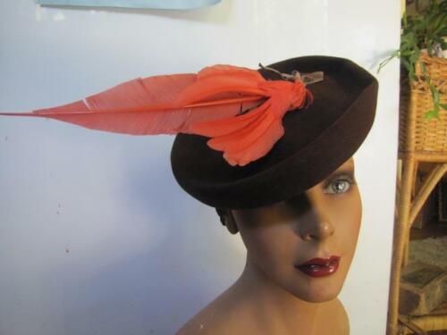 1940 NEW YORK CREATIONS BROWN FELT TILT HAT WINGED