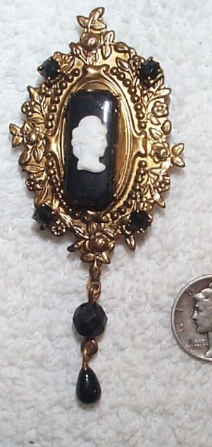 VINTAGE FRENCH JET BLACK GLASS & WHITE CAMEO DROP PIN BROOCH LOVELY