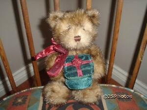 Gund 2004 Christmas Merrie Hollyday Bear 9 inch Velvet Box 88471 Rare Eyelashes