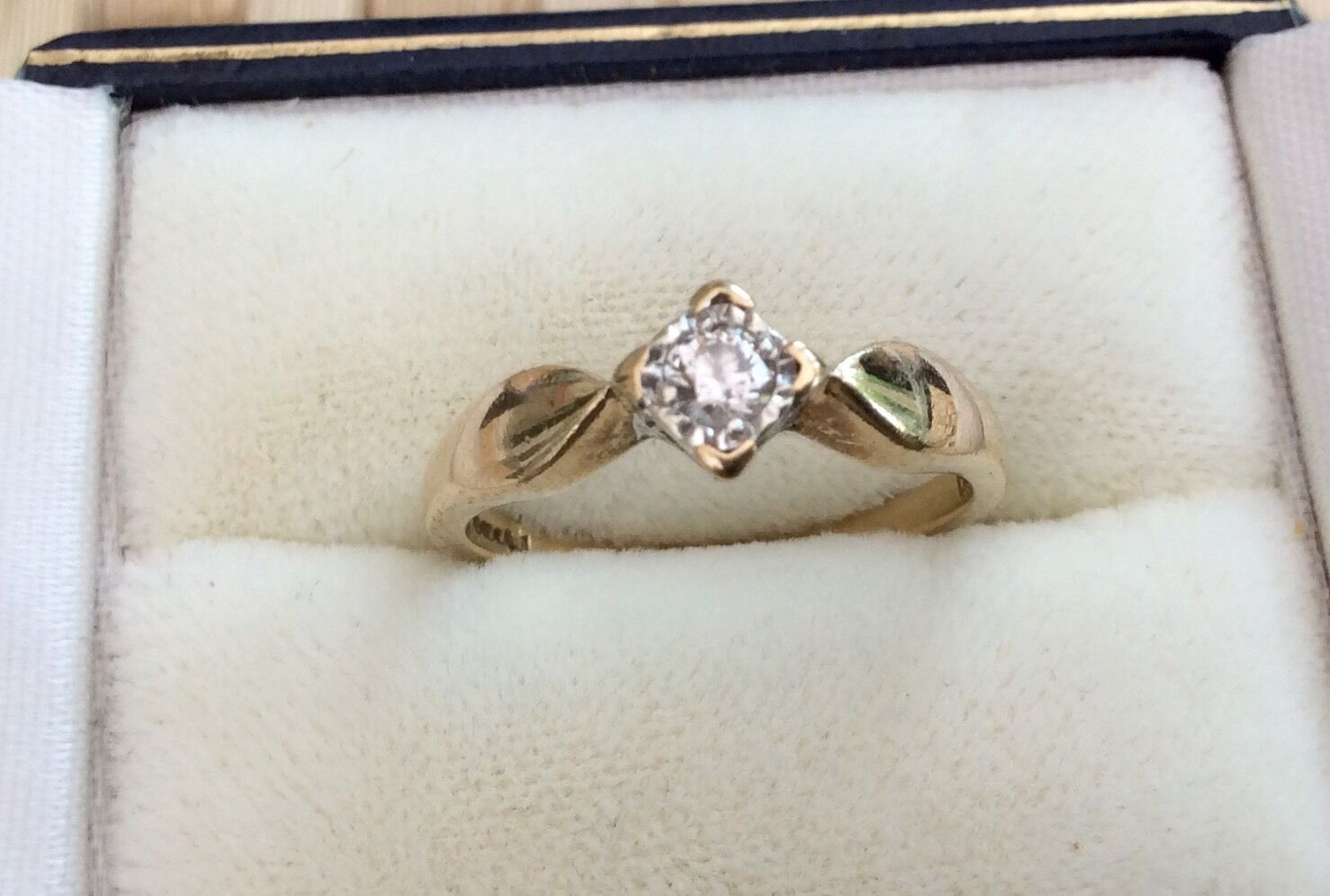 Beautiful Ladies Vintage Solid 9ct gold Diamond Solitaire Ring - Must See