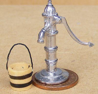 1:12 Scala Non Lavorativo Pompa Acqua Con Un Manico Mobile & Periodo Fisso Casa Delle Bambole-mostra Il Titolo Originale