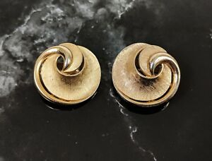 Classic-Vintage-Jewellery-Gold-tone-Clip-On-Earrings-by-Trifari-1950s-Pat-15645