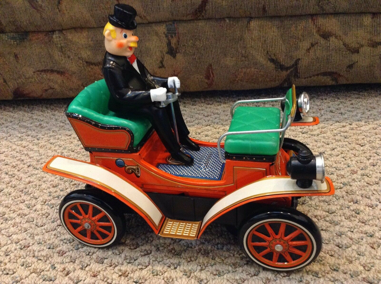 VINTAGE - BATTERY OPERATED - SHAKING ANTIQUE CAR - EXCELLENT W  BOX