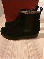 Kort støvle i mørke rødt skind med pynte lynlås på ydersiden