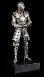 Ritter-Figur-stuetzt-sich-auf-Schwert-Sockel-Base-Ruestung-Ritterruestung
