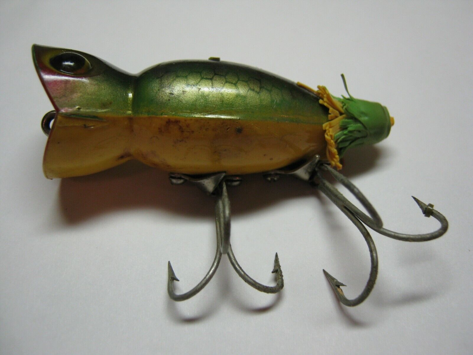 VINTAGE HULA POPPER FISHING LURE IN RARE Frog like- green yellow   COLOR PATTERN