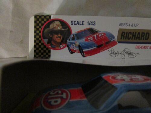 New Vintage Richard Petty Road Champs 1//43 Official Stock Car Collection