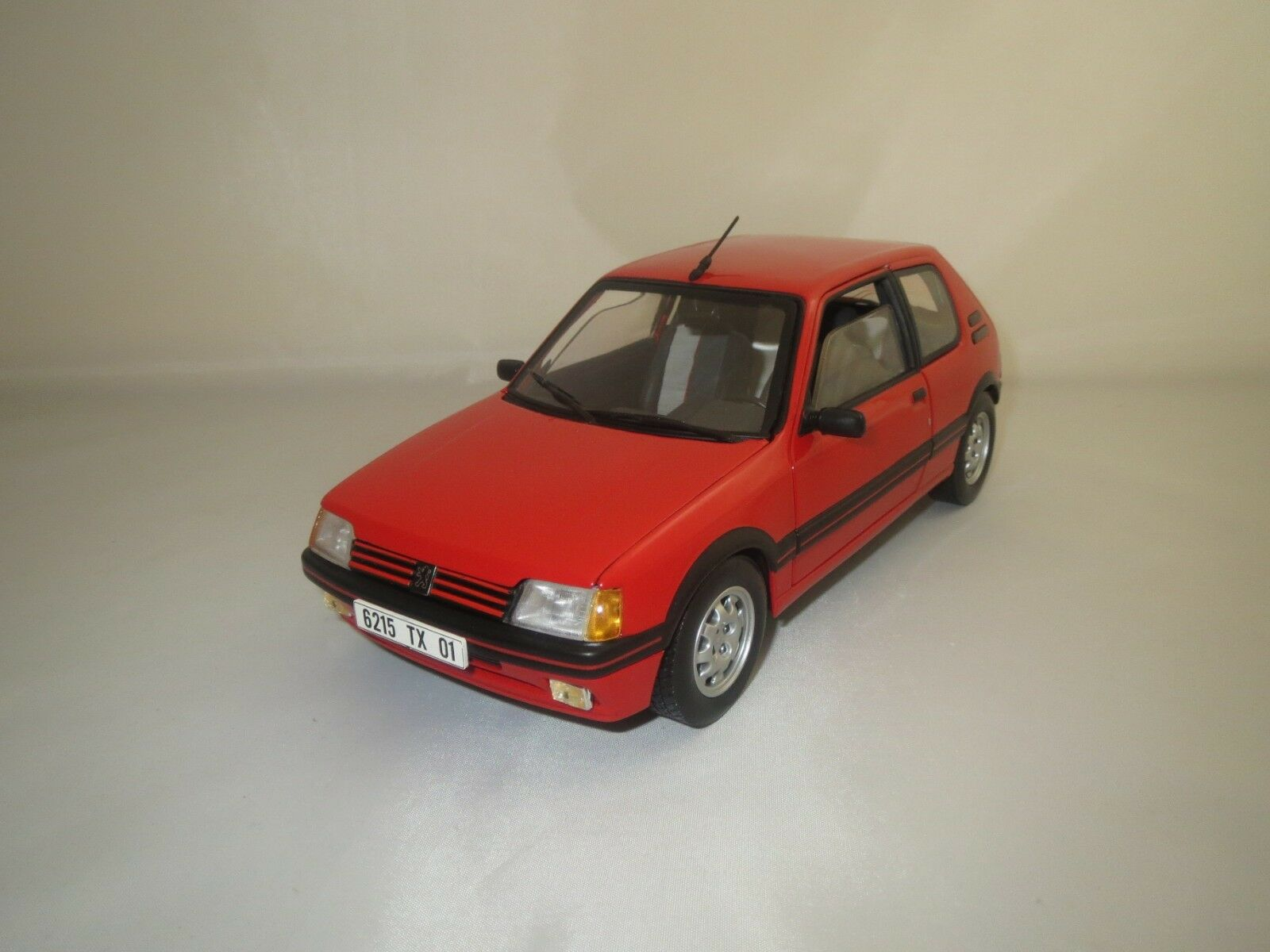 Solido peugeot 205 GTI (rosso) 1 18 sin embalaje