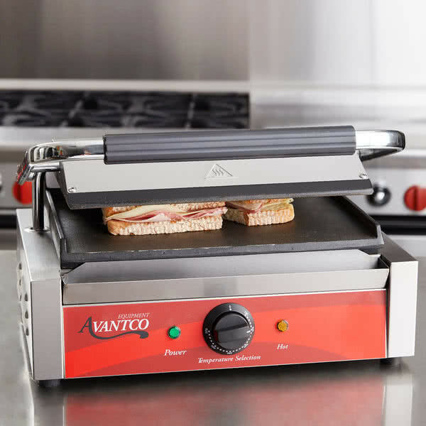 Avantco PS70S Smooth  Panini Sandwich Grill 13  x 8 3 4  Cooking Surface
