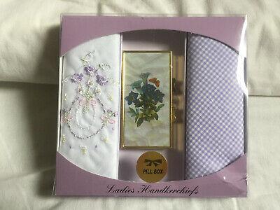Vintage Donna Lilla & Bianco Ricamato 100% Cotone Fazzoletti & Pill Box Set- Colori Fantasiosi