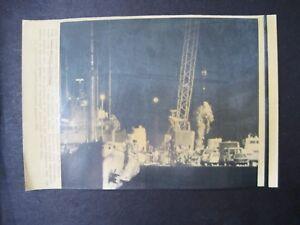 1986 Press Wire Photo Nasa Space Shuttle Challenger Debris Offloaded
