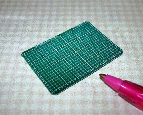 "Miniature 1/"" Scale Green Craft Cutting Mat DOLLHOUSE 1//12 Excellent Detail"