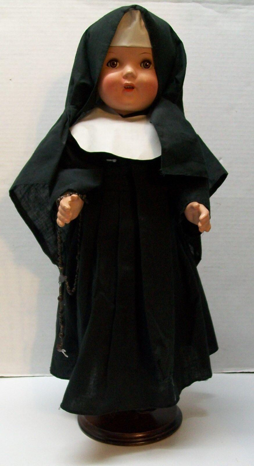Hábito de túnica negra de Muñeca Monja ojos abiertos cerca composición década de 1930 Vintage