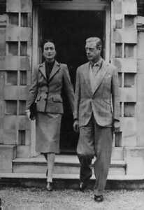 The-Duke-and-Duchess-of-Windsor-walking-out-holding-hands-8x10-photo
