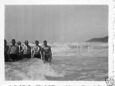 Original-Photo WK 2 FRANKREICH 1940 Gruppe beim Baden im Atlantik 6x4 cm