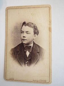 Wels-1876-junger-Mann-im-Anzug-Portrait-CDV