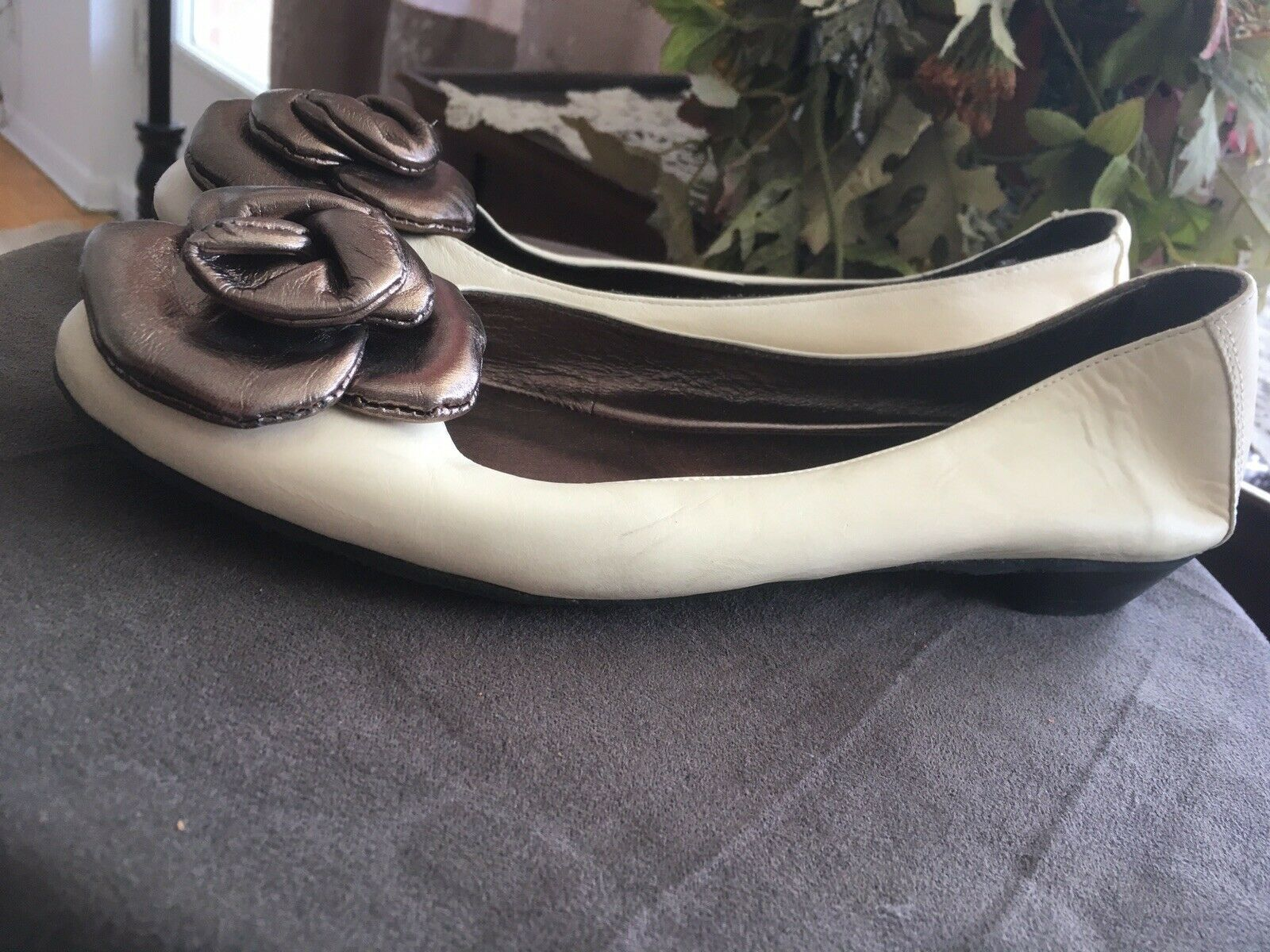 Ron White cream flat ballet shoes shoes shoes w oversized silver flower Size 8 Made in  366a2c