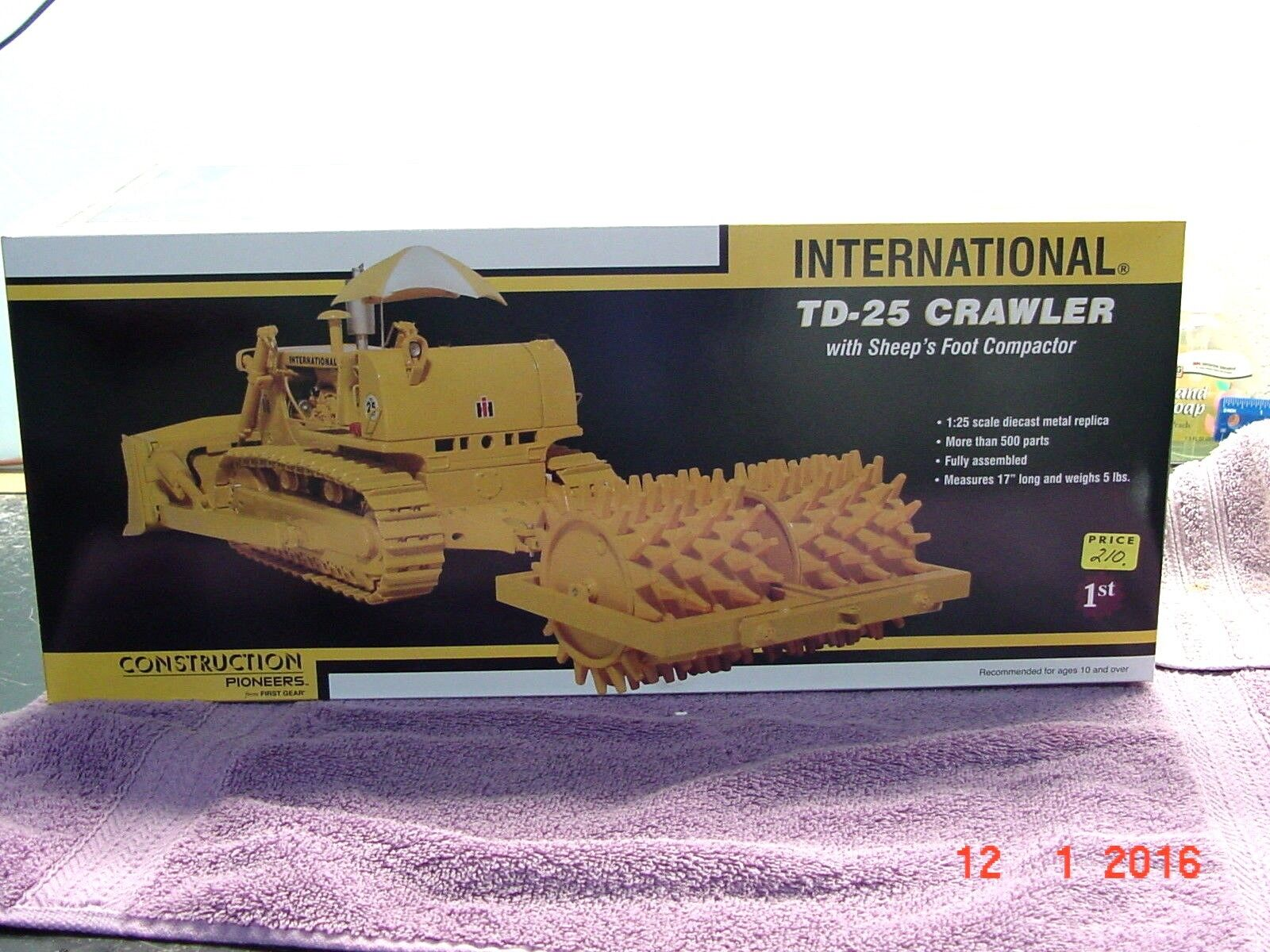International Harvester TD-25 CRAWLER with SHEEP'S FOOT COMPACTOR, 1 25,Die Cast