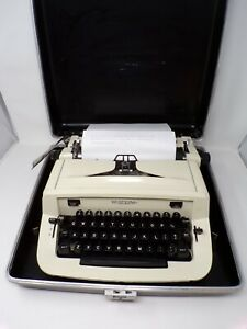 Vintage Royal 890 portable manual typewriter with case - WORKS  524