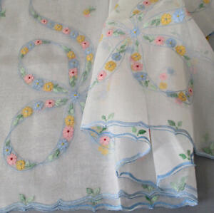 Vintage-ORGANDY-Hand-Embroidered-SHADOW-WORK-Tablecloth-6-Napkins-FLOWERS-Bows