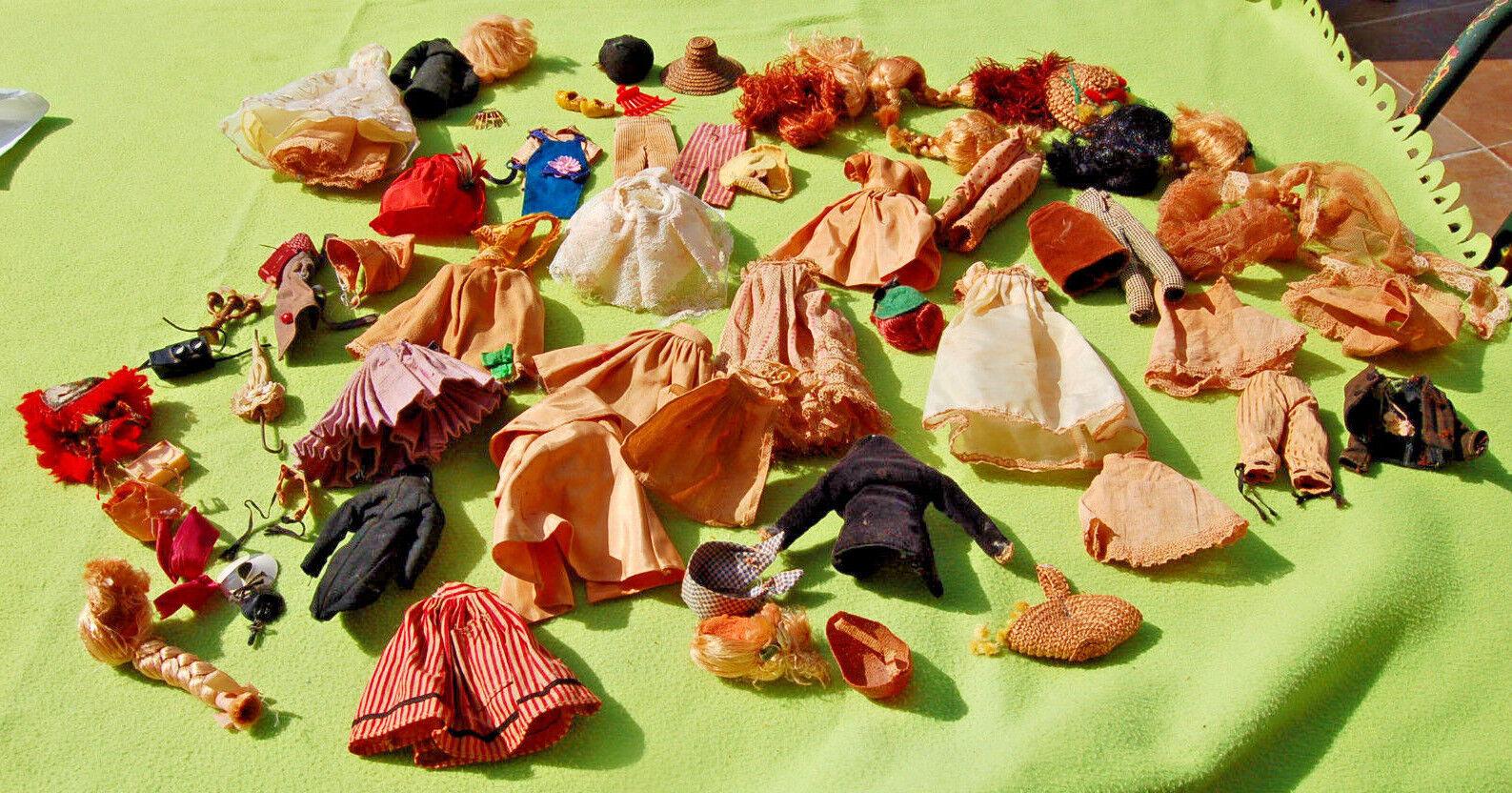 Habits , accessoires et perruque  de poupée Peynet ancien vendu en l'état  connotazione di lusso low-key