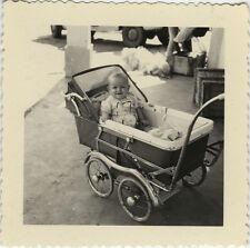 PHOTO ANCIENNE - VINTAGE SNAPSHOT - ENFANT BÉBÉ LANDAU DRÔLE - BABY CARRIAGE