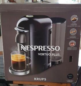 Machine à café Nespresso Vertuo Plus noir mat, porte capsules offert