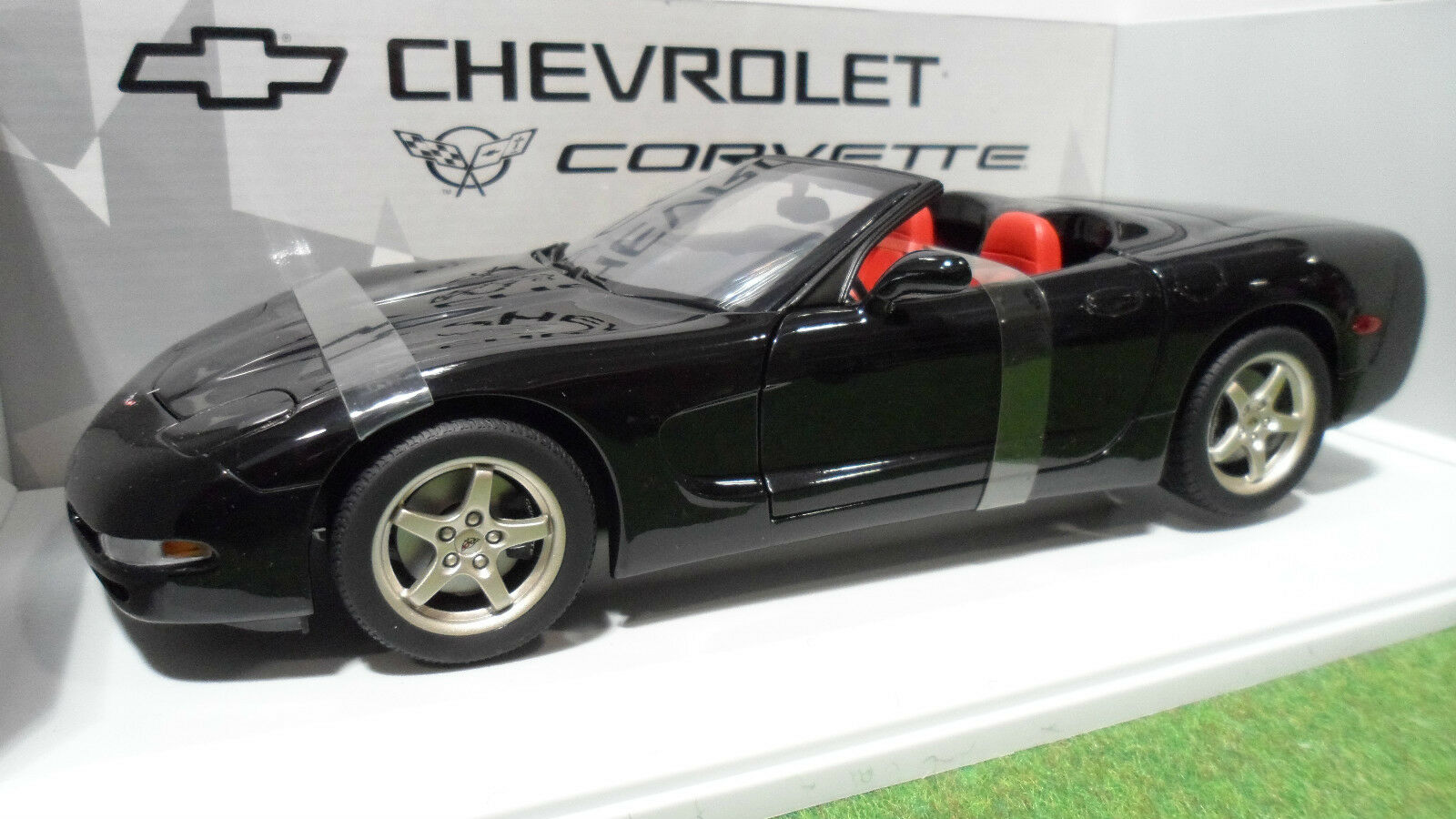 CHEVROLET CORVETTE Cabriolet 1998  noir au 1 18 UT Models 21007 voiture miniature  promotions promotionnelles
