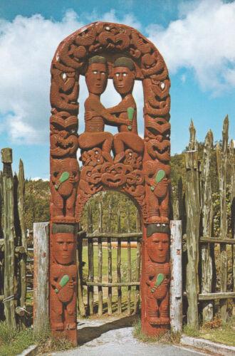 geschnitztes Tor Maori: Rotorua Hinemoa und Tutanekai Neuseeland
