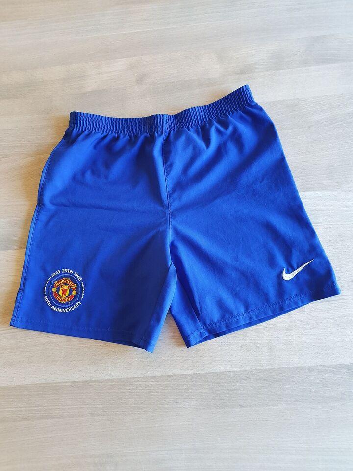 Sportstøj, 2 shorts, bluse og strømper.