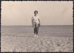 YZ0221-Albenga-Donna-in-spiaggia-Fotografia-d-039-epoca-1962-vintage-photo