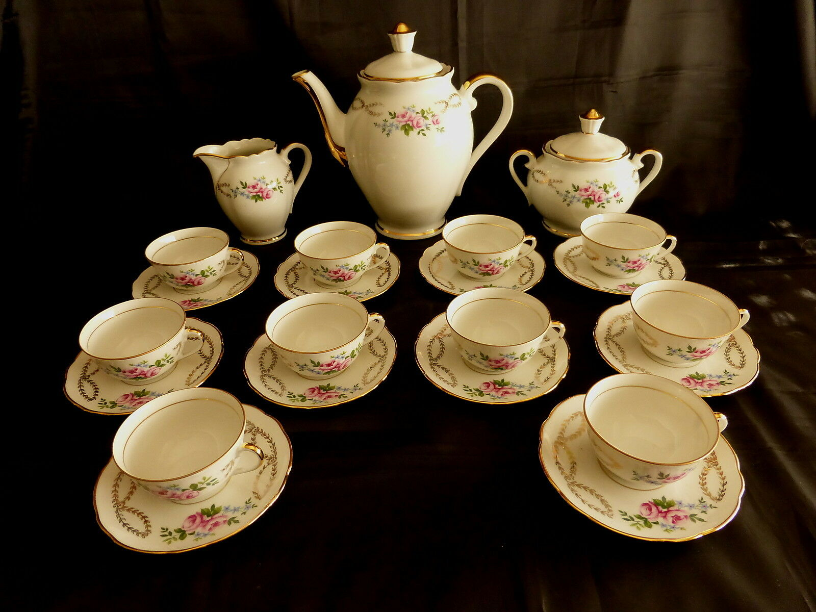Service à café en porcelaine,décor floral et liseré doré,10 personnes