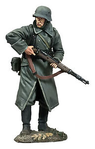 BRITAINS WORLD WAR 2 GERMAN 25058 VOLKSGRENADIER STANDING LOOKING AROUND MIB