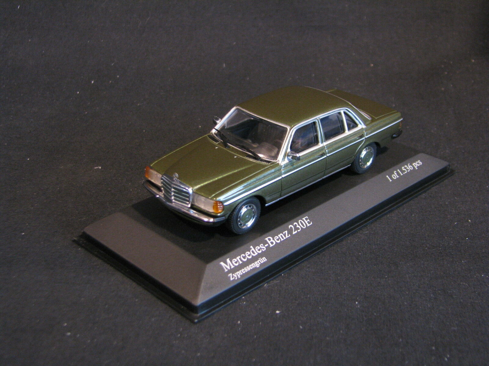 Minichamps Mercedes-Benz 230 E 1976 1 43 Dark Green Metallic (JS)