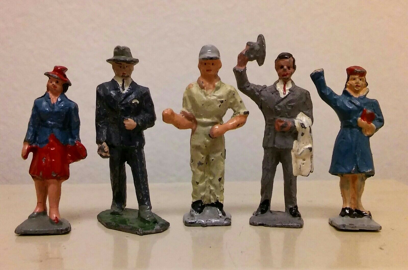 TOY PEOPLE EIRE LEAD FIGURE WOMAN MAN WORKER LOT OF 5 FIGURINE TRAIN CITY LAYOUT