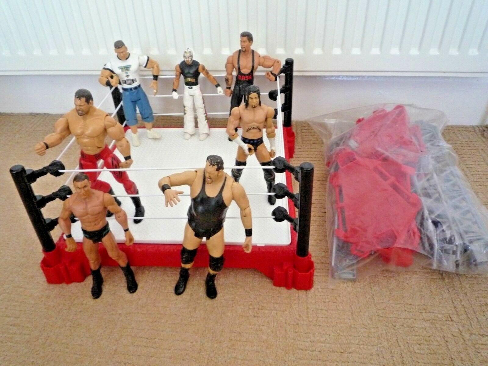 WWE   WWF CREATE A SUPERSTAR WRESTLING RING & 7 WRESTLING FIGURES   20 COMBOS