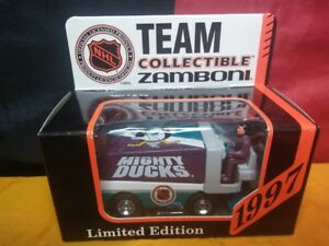 The-Mighty-Ducks-Zamboni-1997-NHL-White-Rose-Collectables-1-50-Model