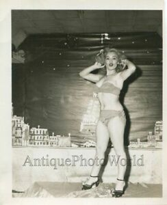 Sexy-blonde-woman-burlesque-dancer-antique-pinup-photo