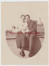 (F11897) Orig. Foto junges Paar sitzt auf Brüstung 1920