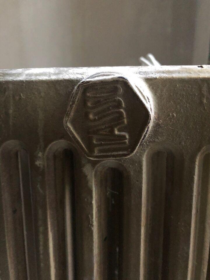 Tasso støbejerns radiator gives bort ved egen a...